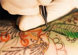 Operatore tatuaggi e pearcing